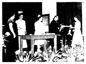 Ancienne photo en noir et blanc avec des étudiantes en soins infirmiers recevant leur diplôme