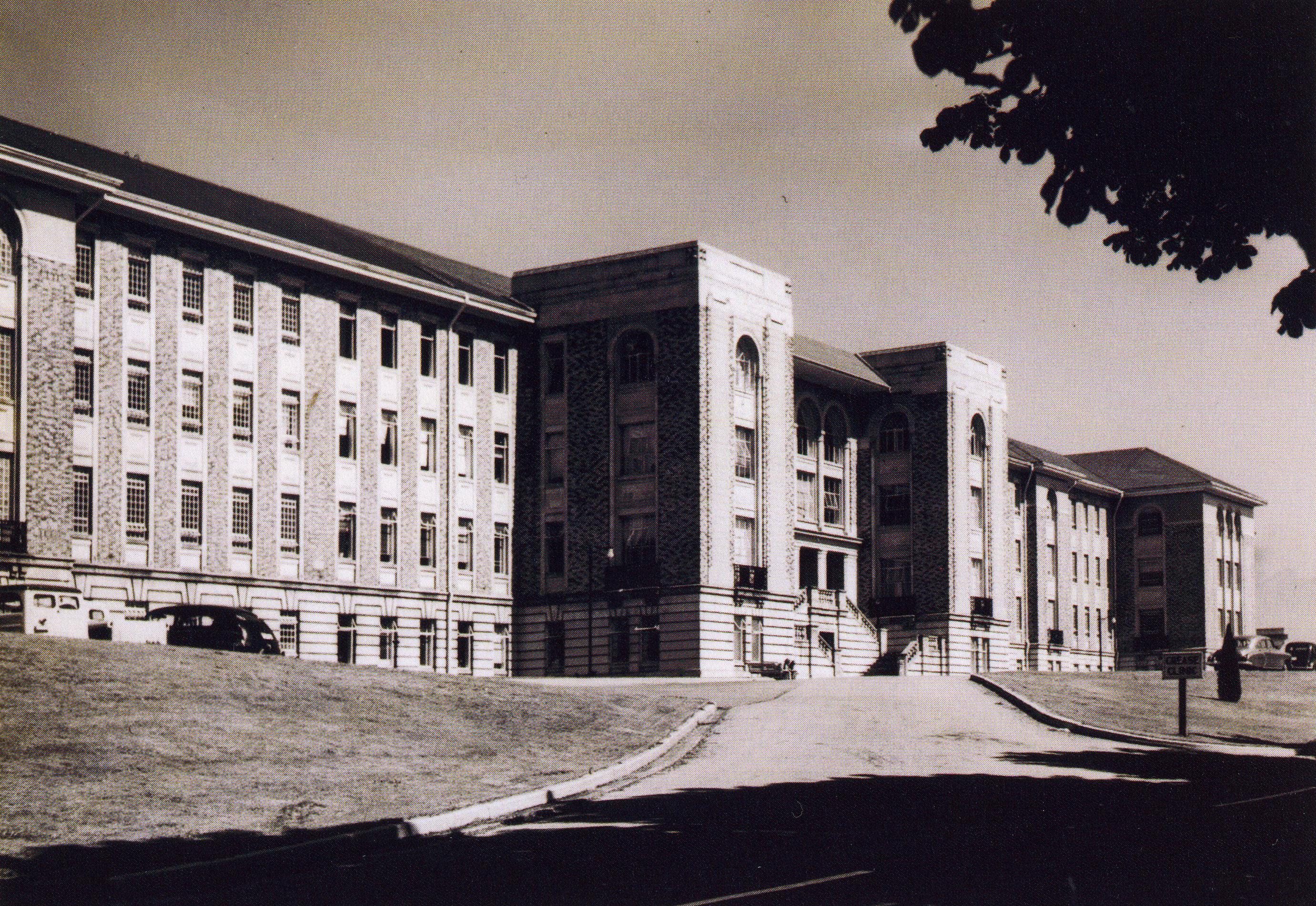Façade avant d'un imposant bâtiment institutionnel