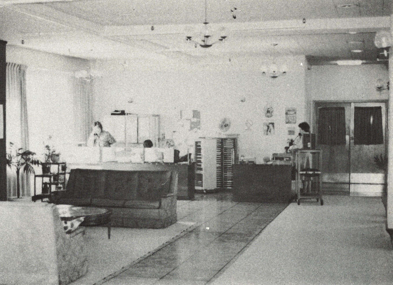 années 1960 ou 1970 représentant le salon d'un hôpital