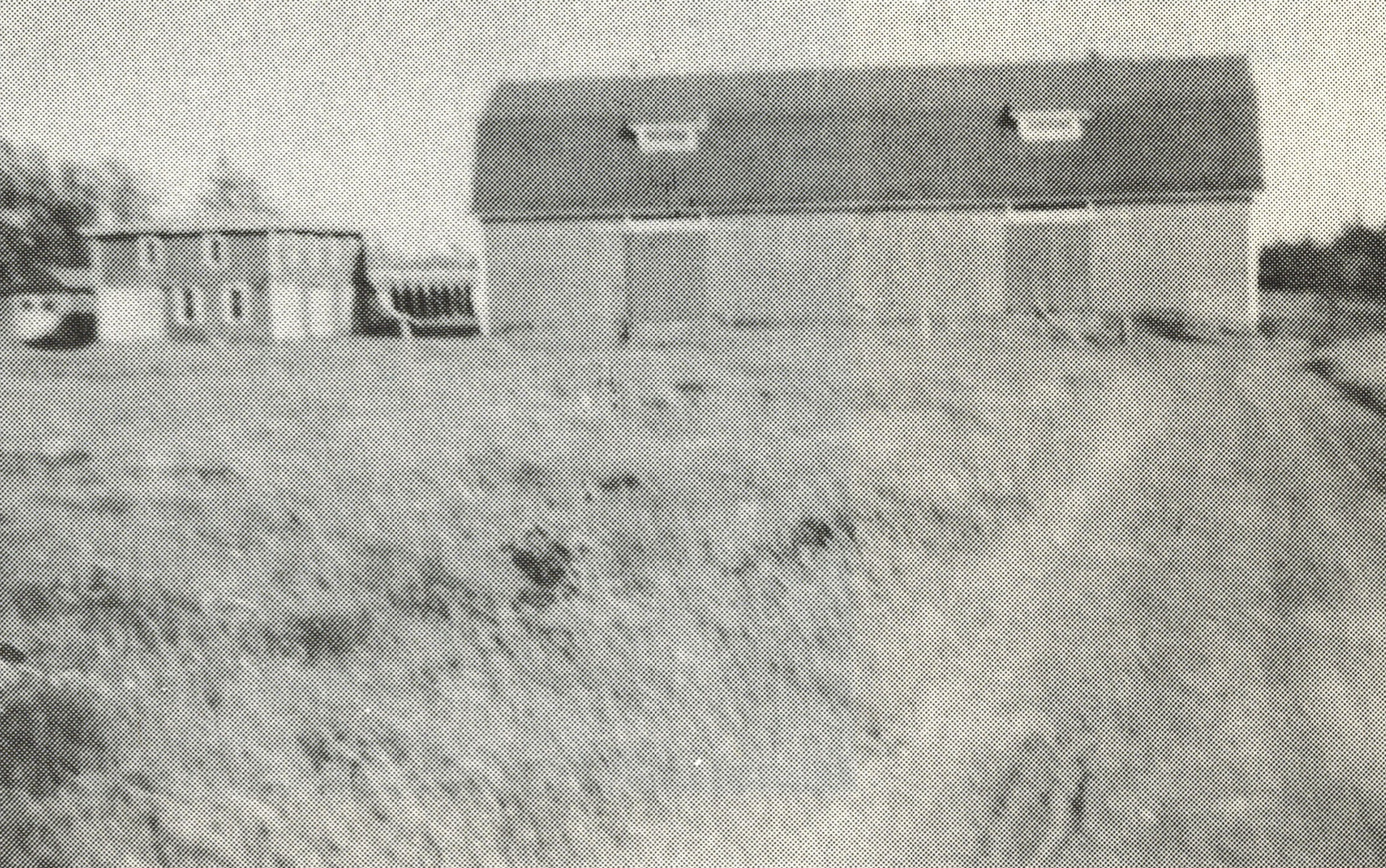 Ancienne photo en noir et blanc d'une grange et d'un champ