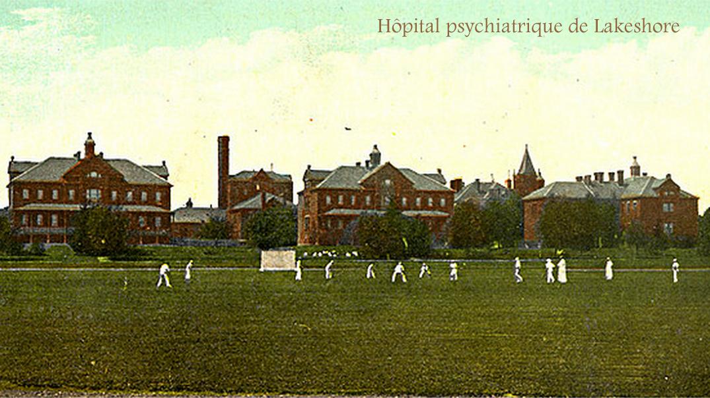 Ancienne photographie en couleurs représentants une série d'immeubles anciens en brique et des hommes jouant au cricket devant