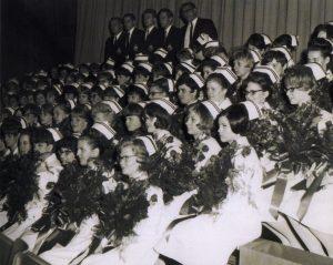 Photo de graduation d'infirmières des années 1960 tenant des bouquets de fleurs
