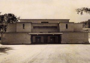 Édifice institutionnel austère, avec très peu de fenêtres, avec les mots «Pennington Hall» sur le haut de la façade