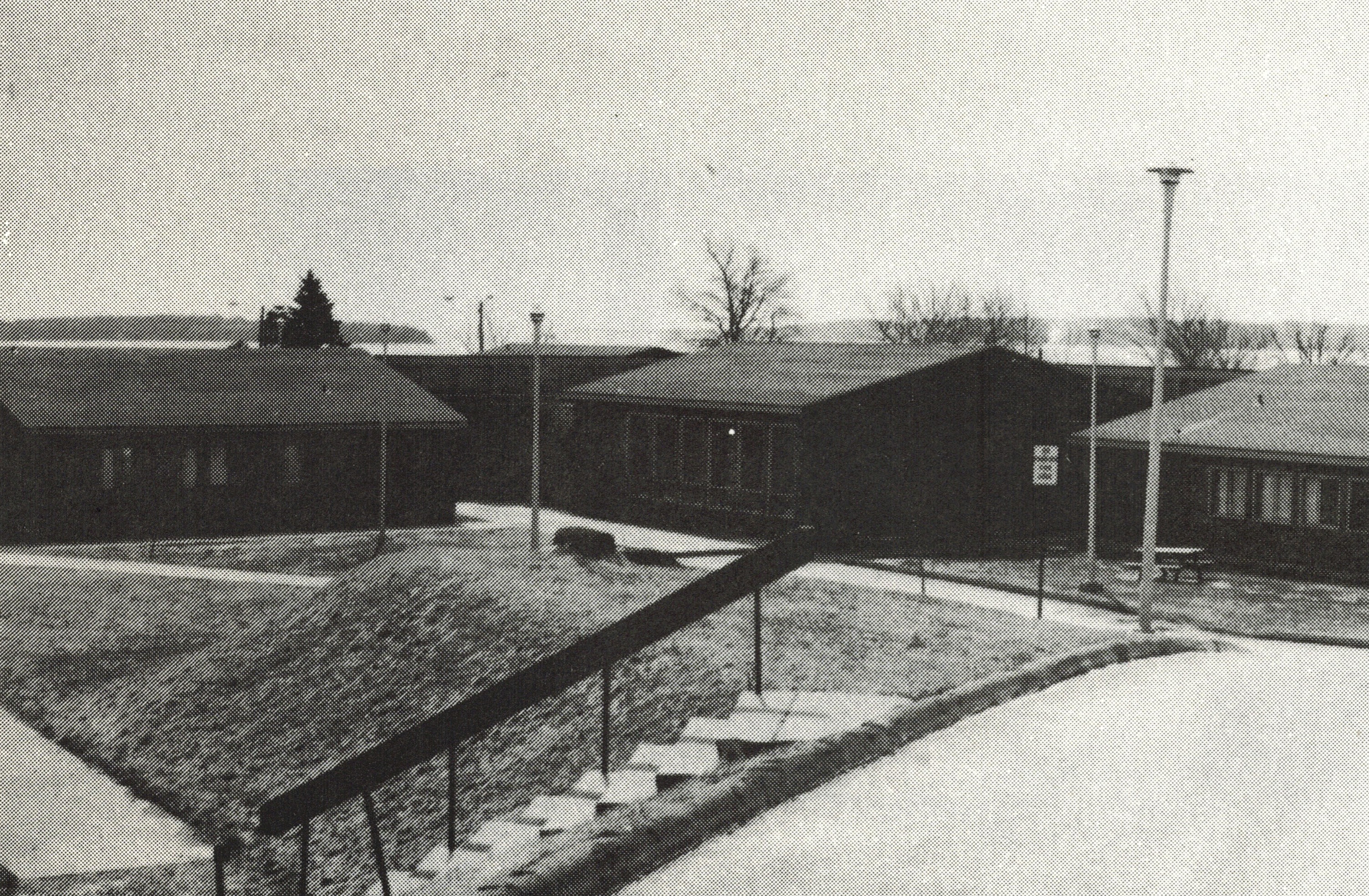 Ancienne photo en noir et blanc d'un édifice de bois d'un étage