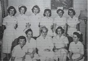 Photo en noir et blanc d'environ les années 1950 représentant un groupe d'infirmières