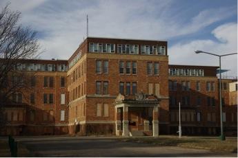 Entrée imposant d'un vieil hôpital de brique
