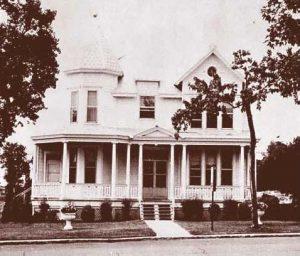 Photo en noir et blanc d'une maison à l'architecture victorienne