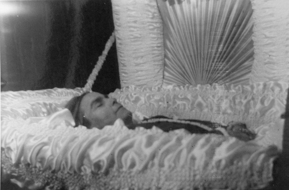 cercueil ouvert dans lequel est allongée une femme de quarante ans